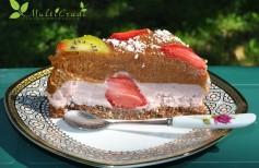 tort raw cu căpşune şi prune