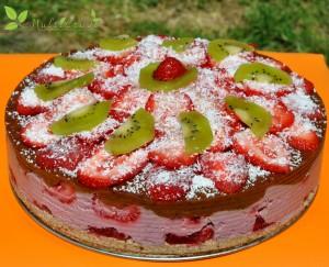 tort raw cu căpşune, prune şi scorţişoară
