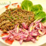 Mancare de linte verde cu salata de ceapa rosie